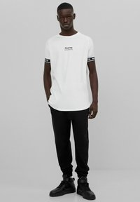 Bershka - MUSCLE FIT - T-shirt imprimé - white - 1