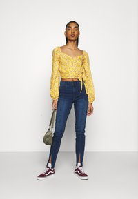 Hollister Co. - Blusa - yellow floral - 1