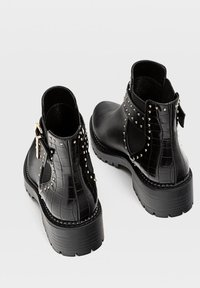 Stradivarius - MIT NIETEN UND PROFILSOHLE - Ankle boots - black - 3