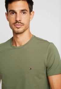 Tommy Hilfiger - STRETCH TEE - Camiseta básica - green - 4