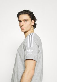 adidas Originals - TECH TEE UNISEX - T-shirt imprimé - medium grey heather - 4