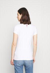 Guess - MINI TRIANGLE - T-shirts med print - true white - 2