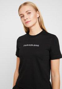Calvin Klein Jeans - SHRUNKEN INSTITUTIONAL LOGO TEE - T-shirt z nadrukiem - black - 4