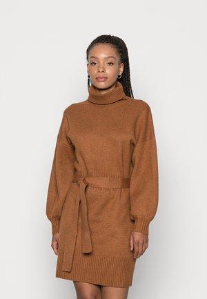 LEOTI BELTED MOCK NECK DRESS - Strikket kjole - brown