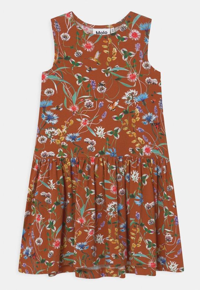 CANDECE - Žerzejové šaty - brown
