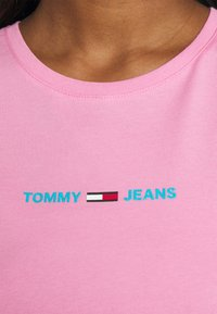 Tommy Jeans - T-shirts med print - pink daisy - 4
