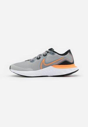 RENEW RUN UNISEX - Hardloopschoenen neutraal - light smoke grey/total orange/black/white
