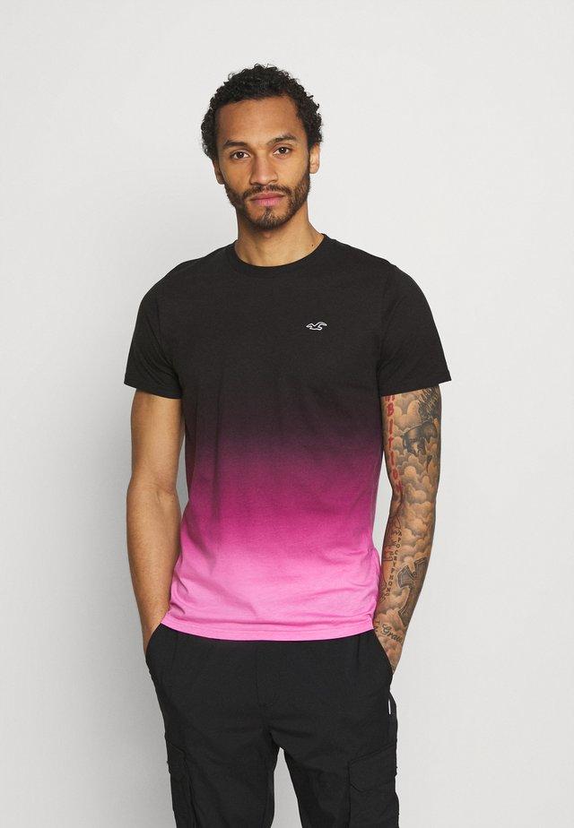 CREW OMBRE - Camiseta estampada - black/pink