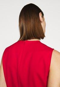 Victoria Victoria Beckham - PINTUCK FLOUNCE HEM SHIFT DRESS - Denní šaty - postbox red - 6