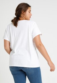 Levi's® Plus - PERFECT TEE  - T-shirt z nadrukiem - plus batwing white - 2