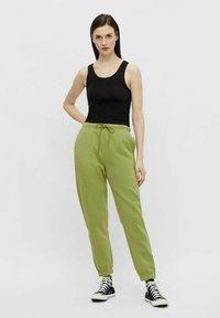 Pieces - Pantaloni sportivi - turtle green - 1