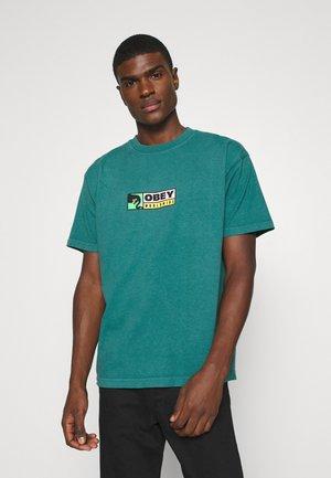 BETWEEN THE EYES - T-shirt print - eucalyptus
