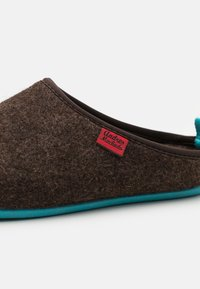 Andres Machado - DYNAMIC - Slippers - brown/blue - 5