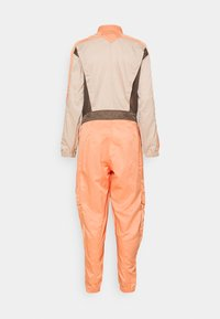 Jordan - FLIGHTSUIT FUTURE - Jumpsuit - apricot agate/red/bronze - 1