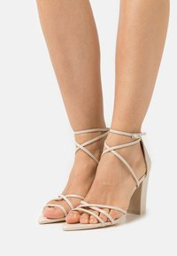 Nly by Nelly - BE AWARE BLOCK HEEL - Sandali - beige - 0