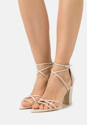BE AWARE BLOCK HEEL - Sandalias - beige