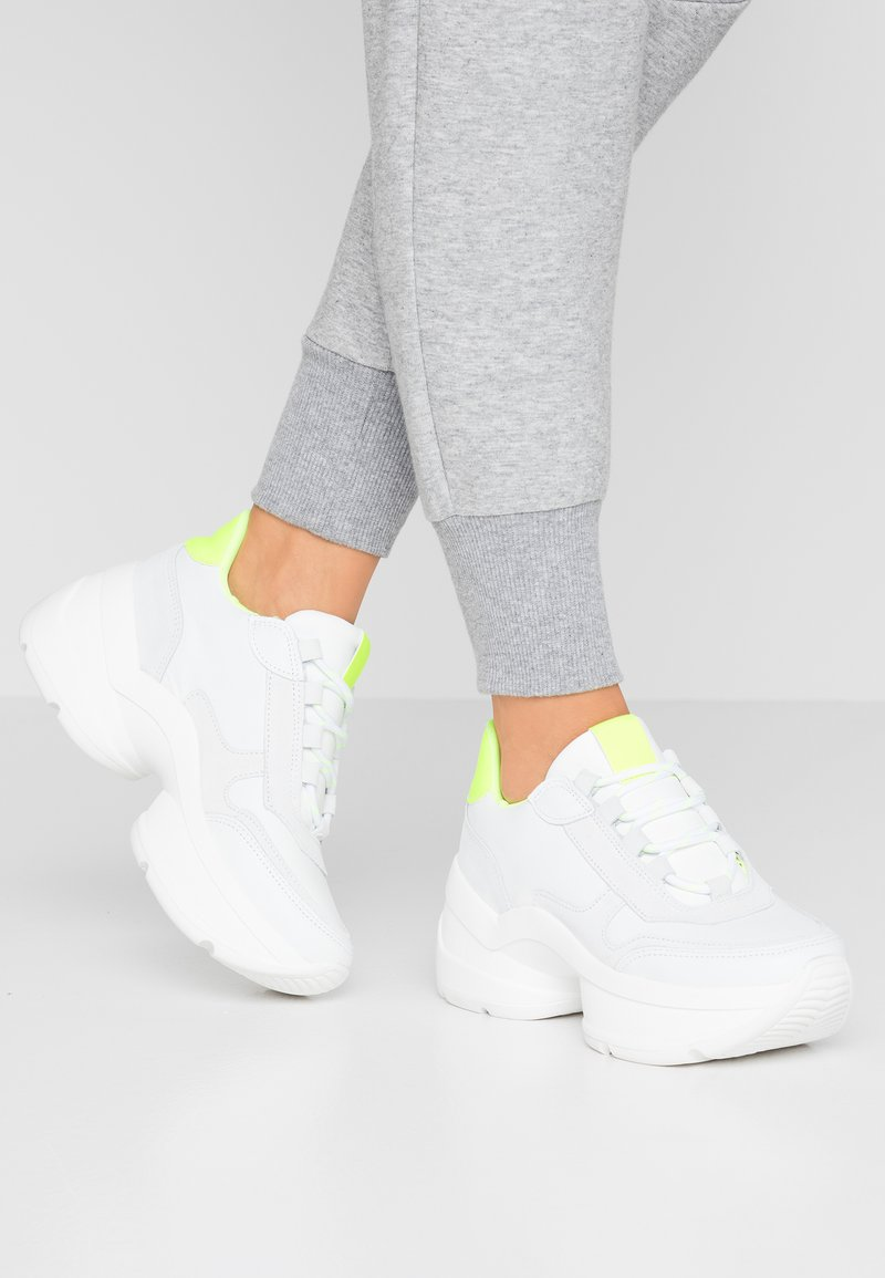 Steven New York - SHIZZLE - Trainers - white/yellow