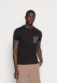 Pier One - T-shirt z nadrukiem - black - 0
