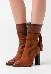 Tamaris Heart & Sole - BOOTS - Kozačky na vysokém podpatku - brandy - 0