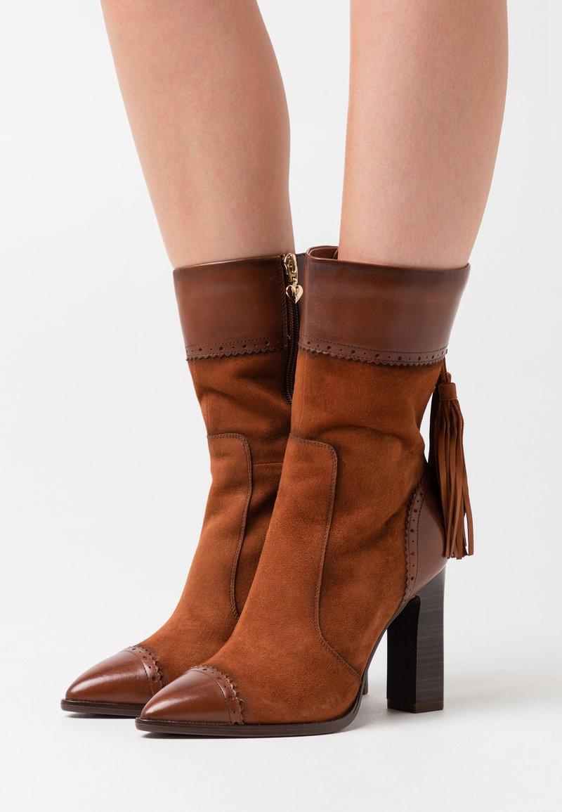 Tamaris Heart & Sole - BOOTS - Kozačky na vysokém podpatku - brandy