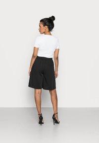 Pieces Petite - PCTEIGEN SHORTS - Shorts - black - 2
