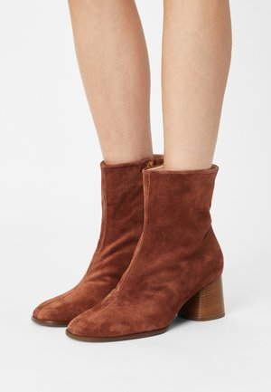 CARINA - Classic ankle boots - nut
