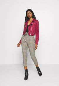 ONLY Petite - ONLSHERRY CROP BOND BIKER - Veste en similicuir - rhubarb - 1