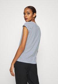 Mads Nørgaard - STRIPE TEASY - Print T-shirt - white/navy - 2
