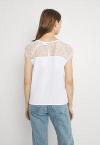 Vila - VILOVIE CAPSLEEVE - Print T-shirt - cloud dancer - 2