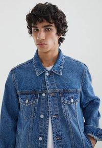 PULL&BEAR - Džínová bunda - blue denim - 4