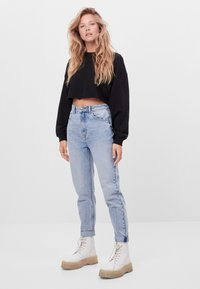 Bershka - MIT UMSCHLAG  - Relaxed fit jeans - blue denim - 1