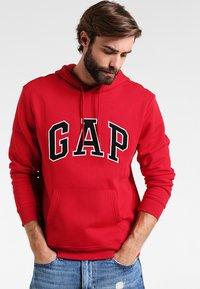 GAP - ARCH - Hoodie - crimson red - 0