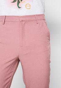 Mennace - ON THE RUN STRAIGHT LEG TAILORED TROUSER - Trousers - pink - 6