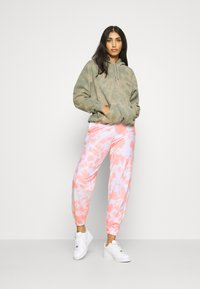 New Look - TIE DYE JOGGERS - Tracksuit bottoms - mid pink - 1