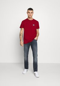 Tommy Jeans - BADGE TEE - Basic T-shirt - wine red - 1