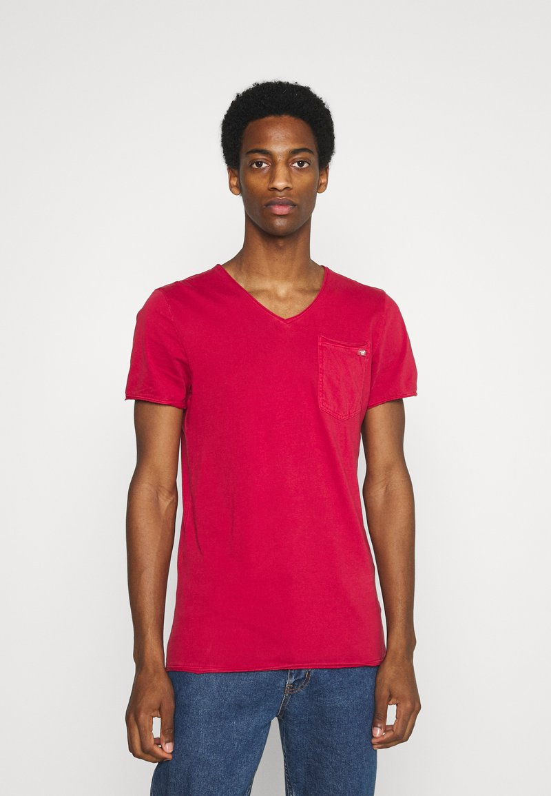 Mustang - WASHED V NECK - T-shirt - bas - chili pepper