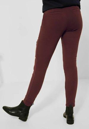 MIT ZIPPER - Trousers - rot