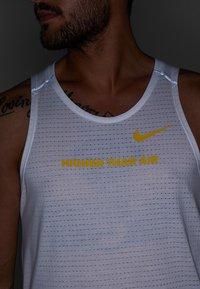 Nike Performance - RISE TANK ARTIST - Funktionströja - white/chrome yellow/reflective silver - 5