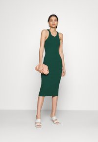 Glamorous - RACERBACK MIDI DRESSES WITH ROUND NECKLINE - Strikket kjole - forest green - 1
