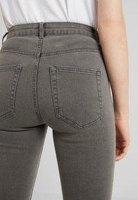 ONLY - ONLFHI MAX LIFE BOX - Jeans Skinny Fit - grey denim - 5