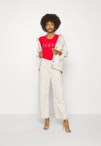 Guess - T-shirts med print - necessary red - 1