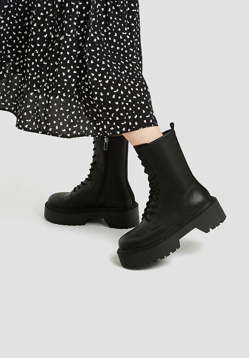 PULL&BEAR - Kotníkové boty na platformě - black