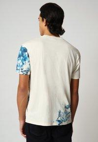 Napapijri - Print T-shirt - new milk - 2
