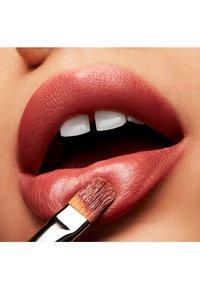 MAC - LOVE ME LIPSTICK - Lipstick - coffee & cigs - 3