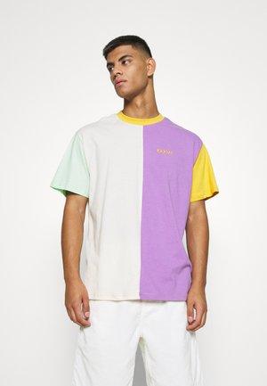 PATCHWORK - T-shirts med print - beige/lavender/orange