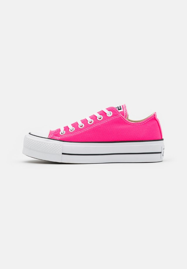 CHUCK TAYLOR ALL STAR LIFT - Trainers - hyper pink/white/black