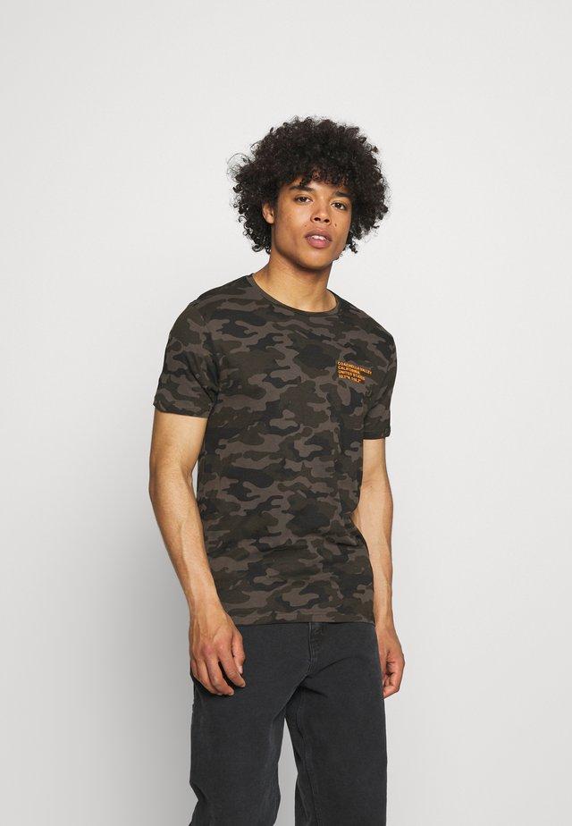 CAMO - Print T-shirt - khaki/orange