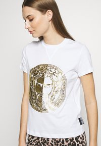 Versace Jeans Couture - T-shirts med print - white/gold - 3