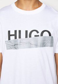 HUGO - DICAGOLINO - Print T-shirt - white - 5