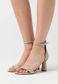 NA-KD - CONE SHAPE STRAP  - Sandaler med høye hæler - beige - 0